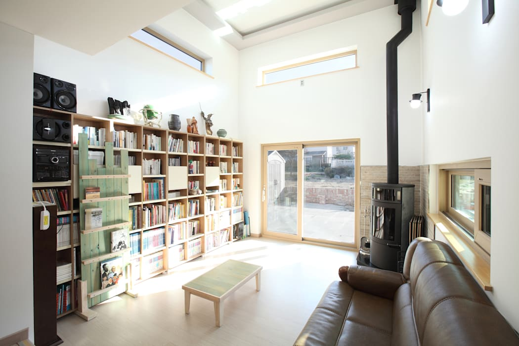 오픈천장의 거실: 주택설계전문 디자인그룹 홈스타일토토의  거실,모던