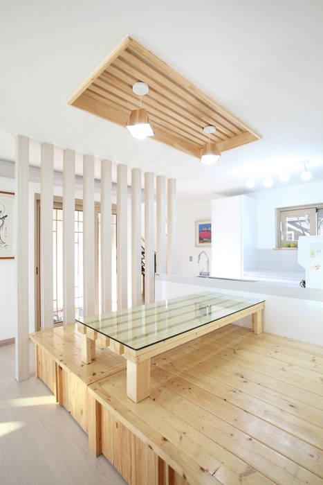 평상딸린 응접실과 마주한 주방: 주택설계전문 디자인그룹 홈스타일토토의  주방