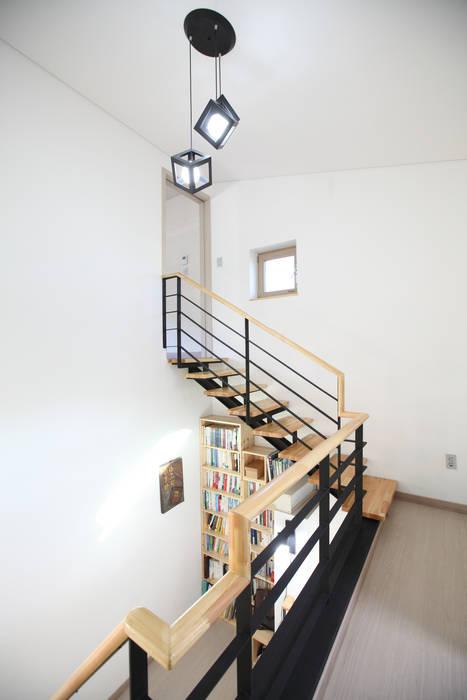 계단의 끝, 비밀공간: 주택설계전문 디자인그룹 홈스타일토토의  복도 & 현관