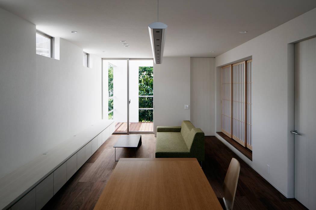 キッチンからリビングを見る 松岡淳建築設計事務所 モダンデザインの リビング