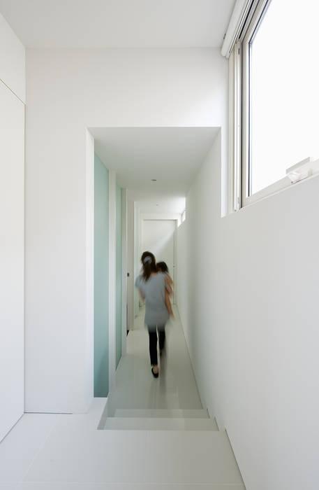 Couloir, entrée, escaliers modernes par 株式会社コウド一級建築士事務所 Moderne