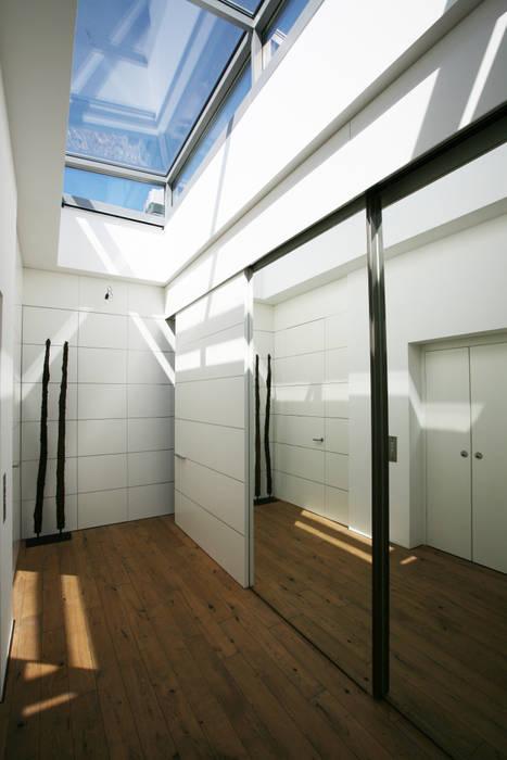 Nowoczesny korytarz, przedpokój i schody od Kiebitzberg® Gruppe Nowoczesny