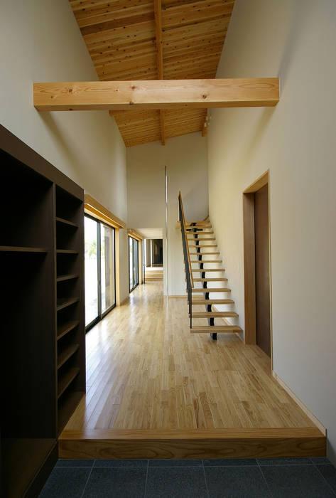 兵庫県佐用町の別荘 一級建築士事務所アールタイプ モダンスタイルの 玄関&廊下&階段