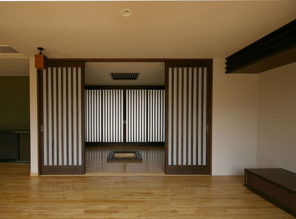 兵庫県佐用町の別荘 モダンデザインの リビング の 一級建築士事務所アールタイプ モダン