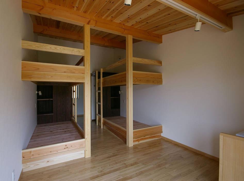 兵庫県佐用町の別荘 モダンスタイルの寝室 の 一級建築士事務所アールタイプ モダン