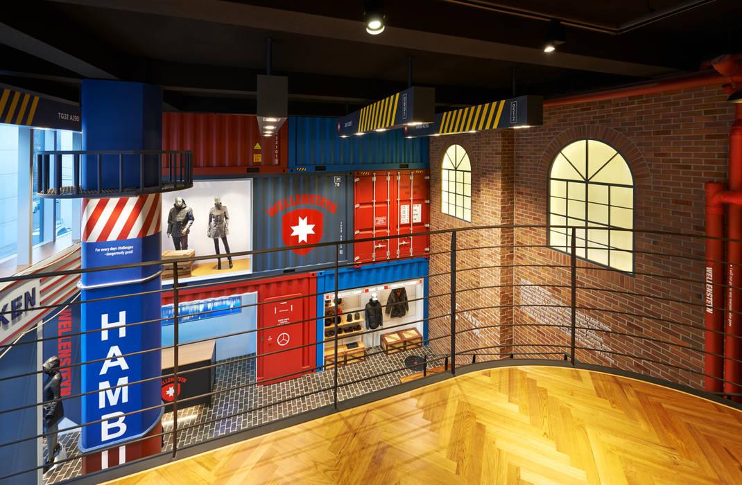 항만을 연상케하는 내부: Design m4의  벽,모던