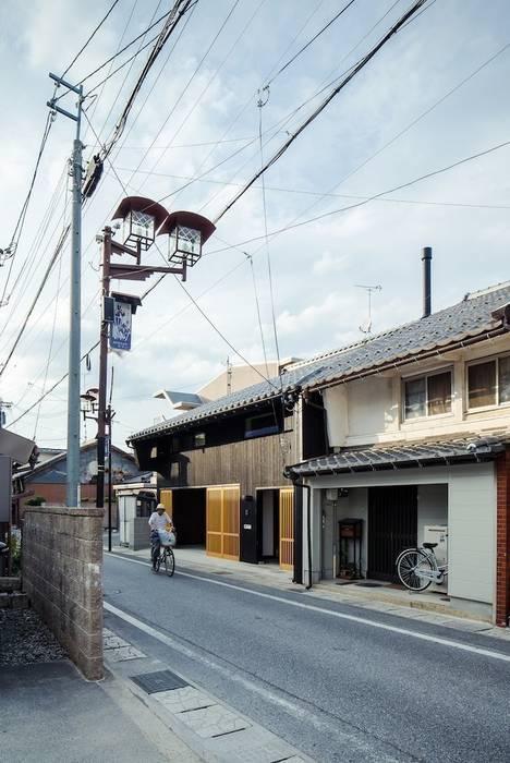 花しょうぶ通りの家・町並み 日本家屋・アジアの家 の タクタク/クニヤス建築設計 和風