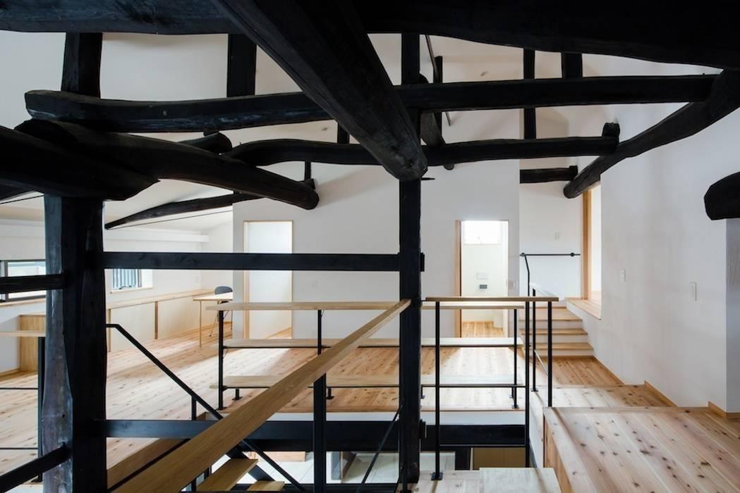 花しょうぶ通りの家・2階ホール 和風デザインの 多目的室 の タクタク/クニヤス建築設計 和風