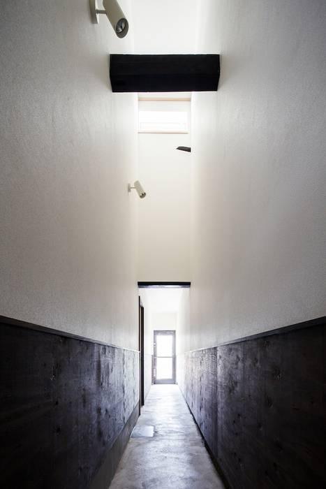 花しょうぶ通りの家・通り庭: タクタク/クニヤス建築設計が手掛けた廊下 & 玄関です。