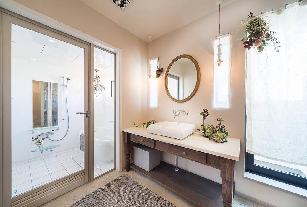 フレンチシャビーなインテリア: パパママハウス株式会社が手掛けた浴室です。