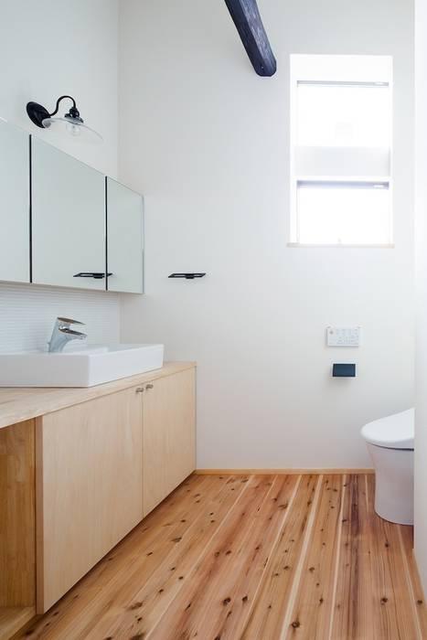 花しょうぶ通りの家・レストレーム: タクタク/クニヤス建築設計が手掛けた浴室です。
