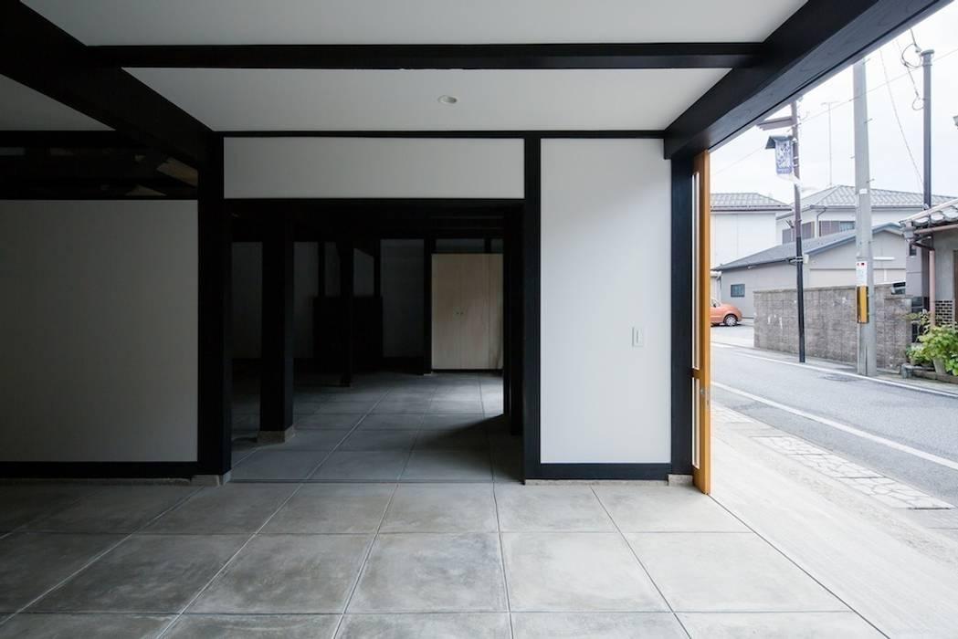花しょうぶ通りの家・ガレージ 和風デザインの ガレージ・物置 の タクタク/クニヤス建築設計 和風