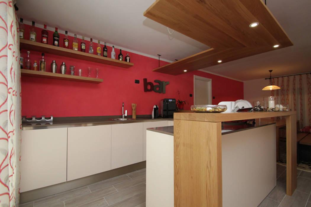Taverna in rosso tra svago e relax cucina eclettica di forme ...