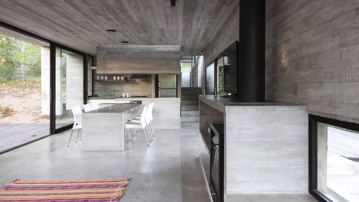 CASA WEIN: Comedores de estilo  por Besonías Almeida arquitectos