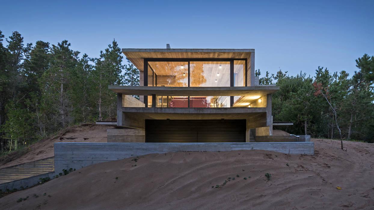 CASA WEIN: Terrazas de estilo  por Besonías Almeida arquitectos,Moderno