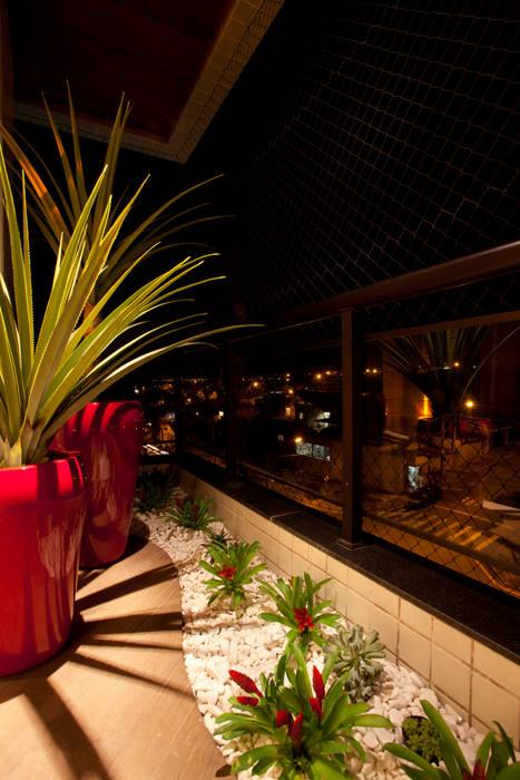Designer de Interiores e Paisagista Iara Kílaris Modern balcony, veranda & terrace