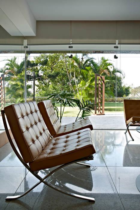 Condomínio Alameda Corredores, halls e escadas modernos por Coutinho+Vilela Moderno