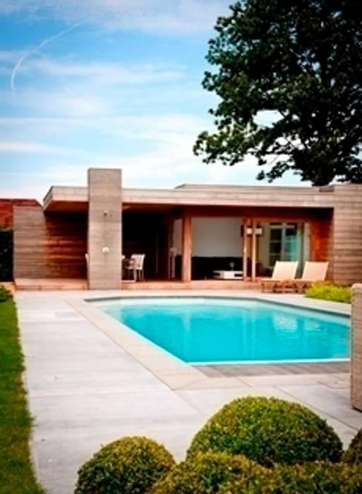 Luxe poolhouse in strak houtskelet.:  Tuin door Vetrabo