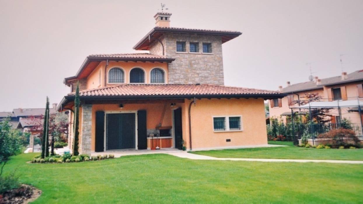 Progettazione villa a Castenedolo : Case in stile in stile Moderno di Geometra Toselli Luciano