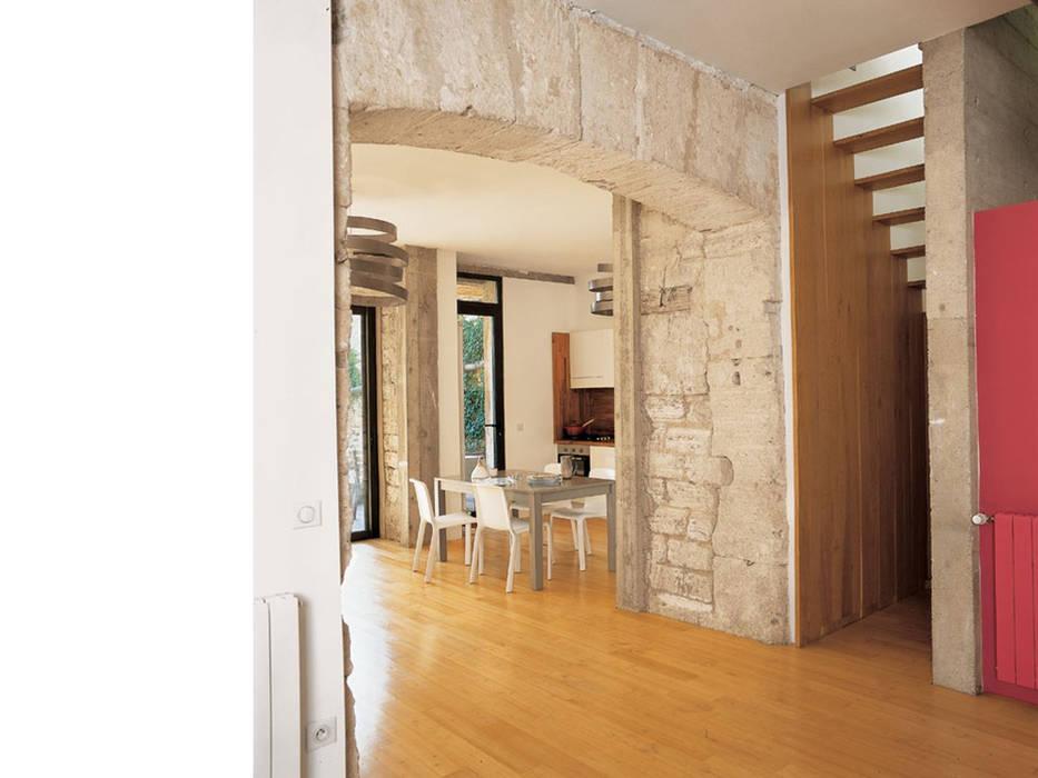 Cuisine vue depuis l'espace bureau au rez de chaussée: Salle à manger de style de style Moderne par atelier julien blanchard architecte dplg