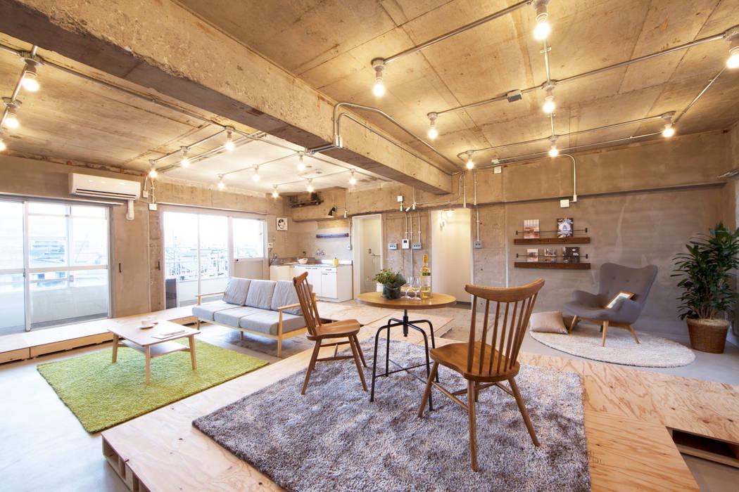 パレットと家具の組み合わせ方は十人十色: 株式会社クラスコデザインスタジオが手掛けたリビングです。