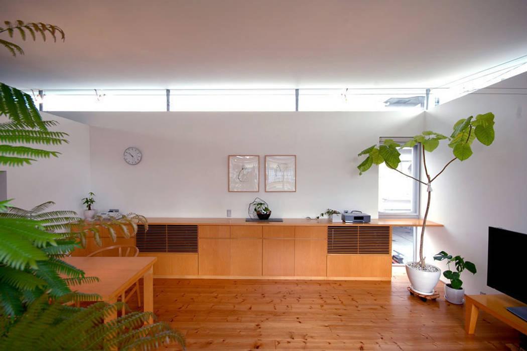 コートハウス2のダイニング: 土居建築工房が手掛けたリビングです。,モダン