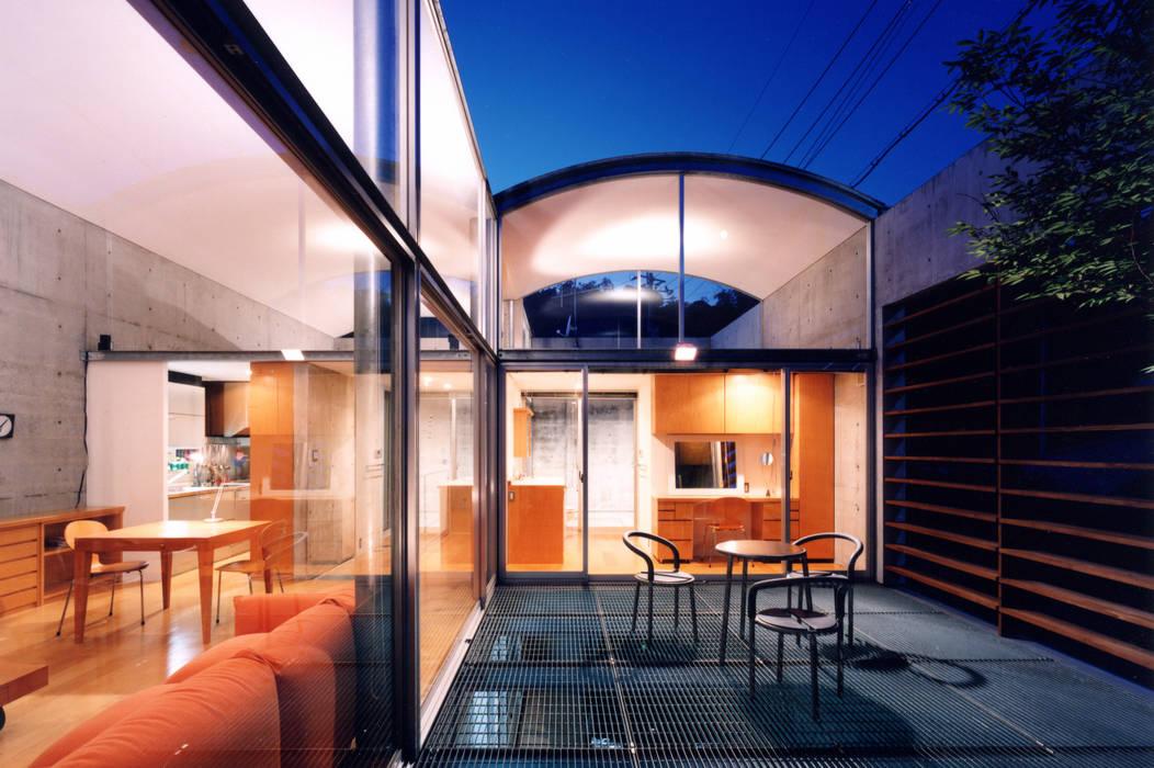 コートハウスの夜景: 土居建築工房が手掛けたテラス・ベランダです。,ミニマル