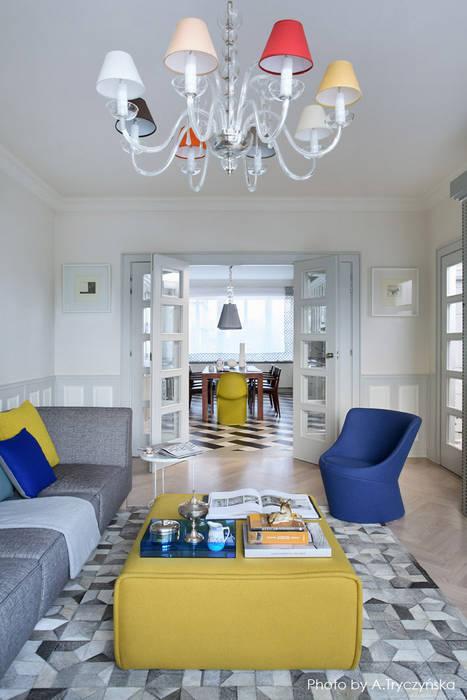 Amfiladowe przejścia w starej kamienicy i składane drzwi: styl , w kategorii Salon zaprojektowany przez MG Interior Studio Michał Głuszak