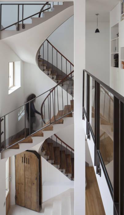 Escalier: Couloir et hall d'entrée de style  par Atelier architecture située