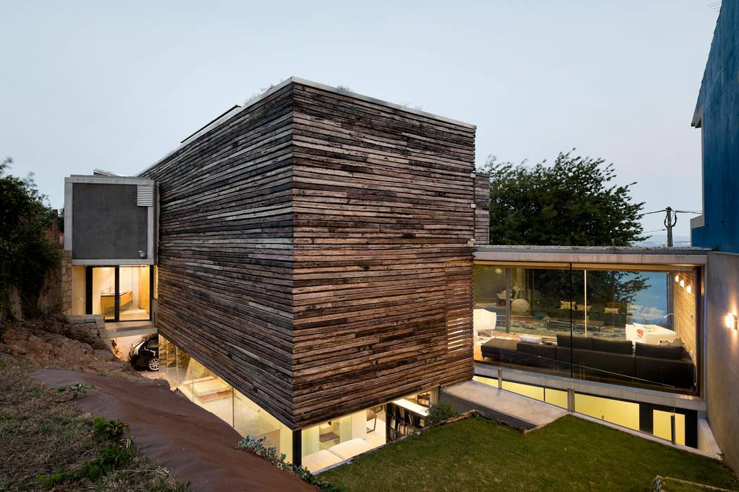 dezanove house designed by iñaki leite - rear view of the house Casas de estilo moderno de Inaki Leite Design Ltd. Moderno