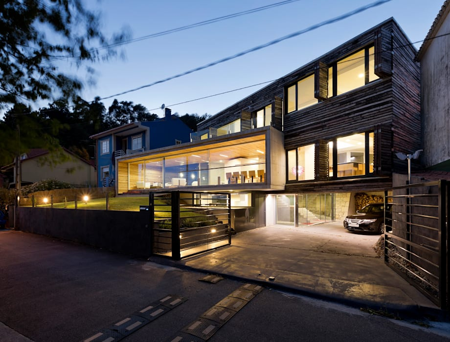 dezanove house designed by iñaki leite - front view at twilight Inaki Leite Design Ltd. Jardines de estilo moderno