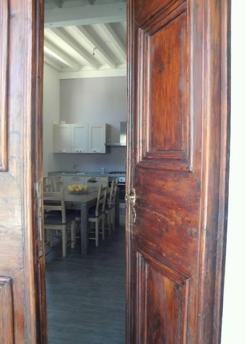 ristrutturazione casa m.g.: Ingresso & Corridoio in stile  di Laura Mattiuzzo Architetto