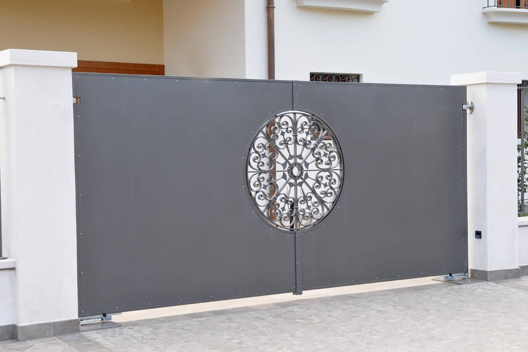 CANCELLO : Case in stile in stile Moderno di L'ARTE DEI METALLI