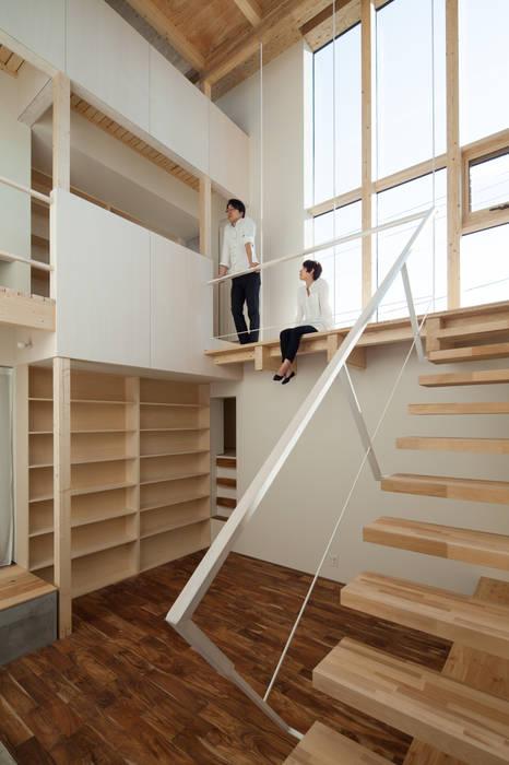 階段踊り場: 一級建築士事務所 Atelier Casaが手掛けた廊下 & 玄関です。