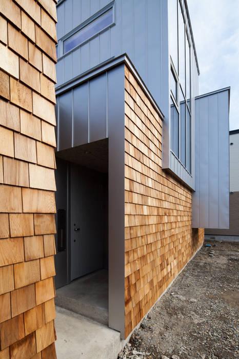 玄関ポーチ: 一級建築士事務所 Atelier Casaが手掛けた家です。