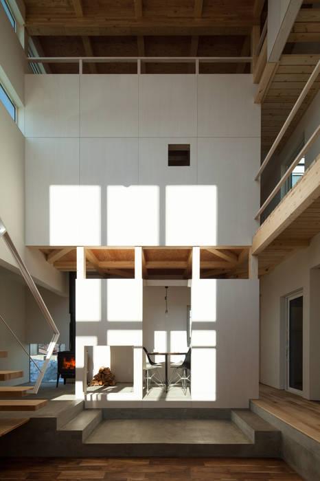 吹き抜け空間: 一級建築士事務所 Atelier Casaが手掛けたリビングです。