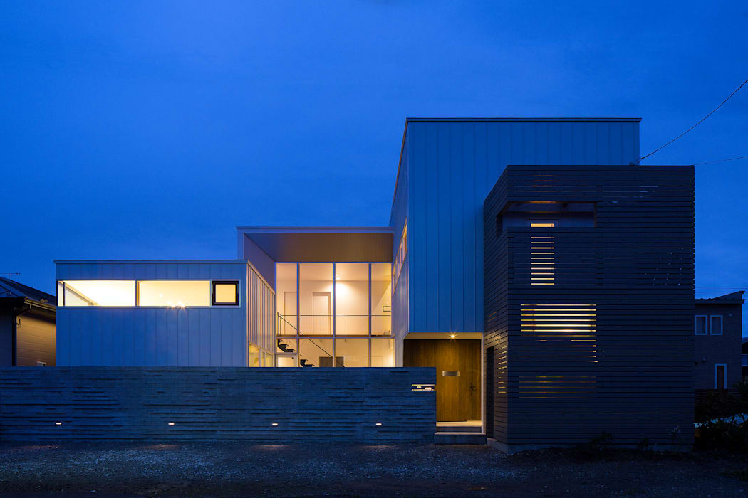 ファサード(夕景) モダンな 家 の 一級建築士事務所 Atelier Casa モダン