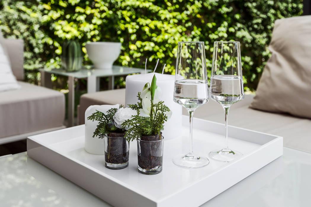 Contemporary interior decoration of apartment in Monte-Carlo.: Terrazza in stile  di NG-STUDIO Interior Design