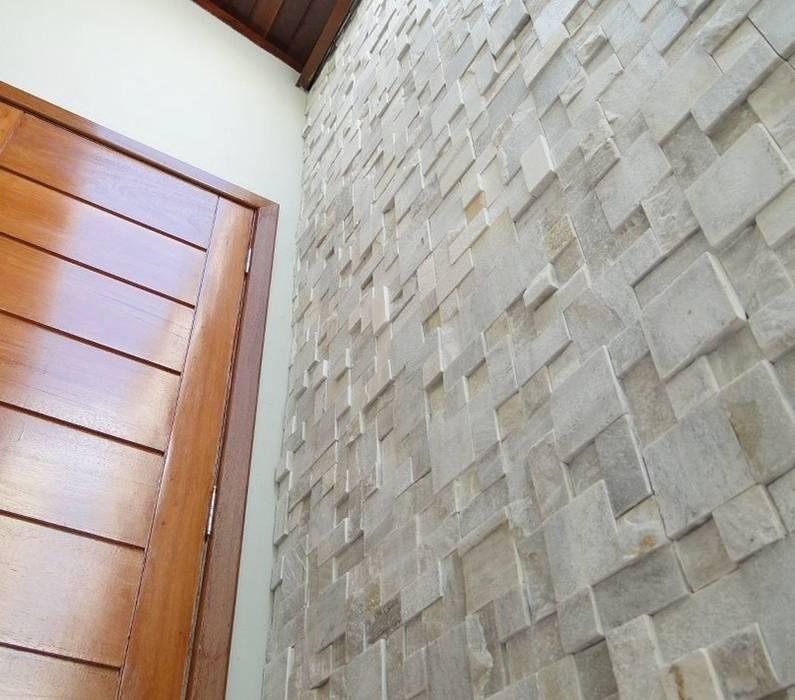 Mosaico São Tomé Branco Grande: Corredores e halls de entrada  por DECOR PEDRAS PISOS E REVESTIMENTOS