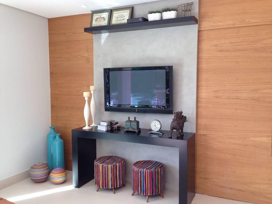 Casa 1: Salas multimídia  por ESTÚDIO danielcruz,Moderno