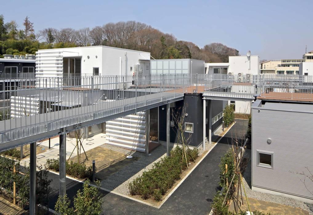 空中歩廊「上の路地」: 株式会社ヨシダデザインワークショップが手掛けた廊下 & 玄関です。,モダン