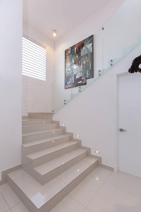 CASA RR8 Pasillos, vestíbulos y escaleras minimalistas de Grupo Arsciniest Minimalista