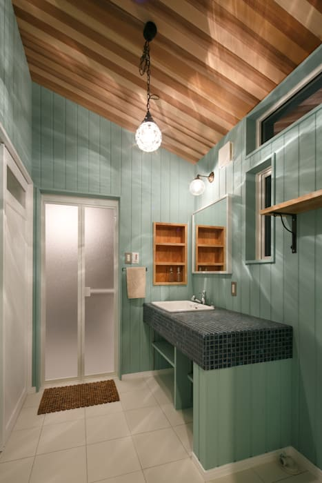 dwarf Eclectic style bathroom