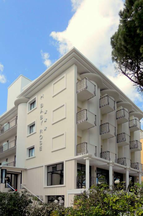 Veduta d'insieme: Hotel in stile  di GHINELLI ARCHITETTURA