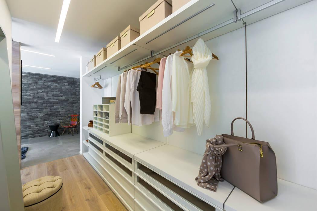 begehbarer Kleiderschrank ARKITURA GmbH Moderne Ankleidezimmer