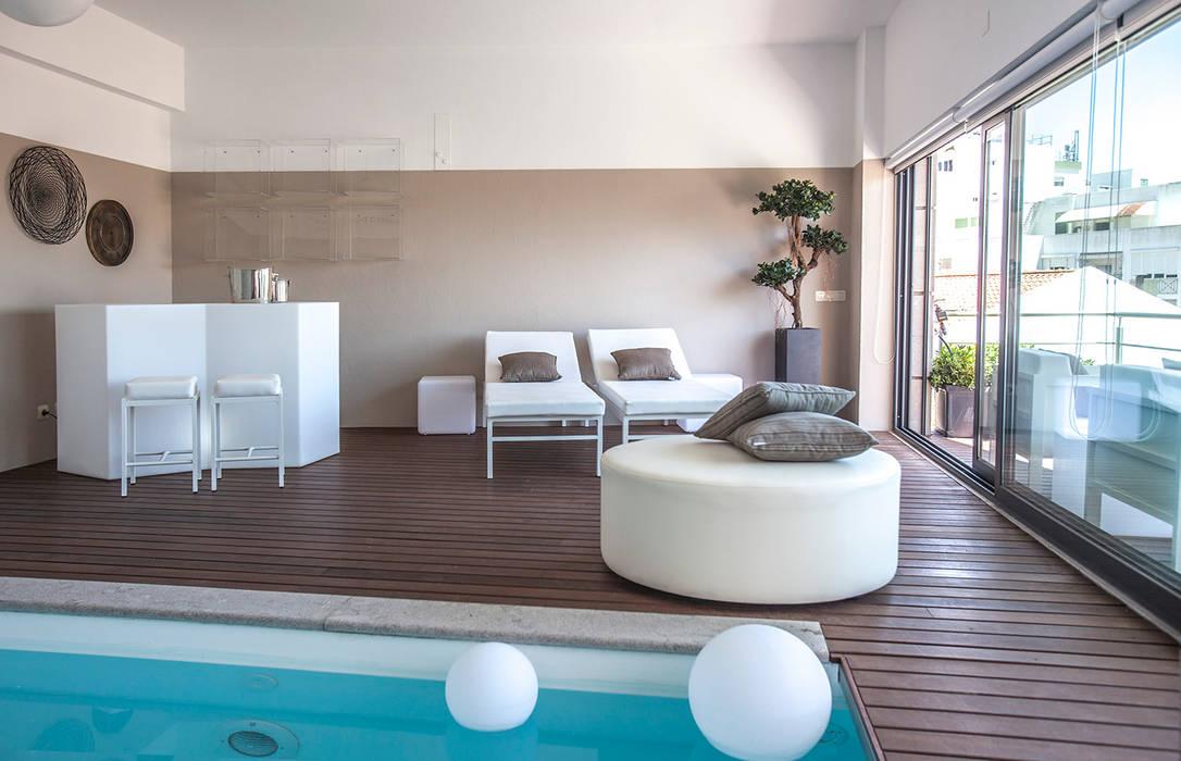 Modern pool by ÀS DUAS POR TRÊS Modern