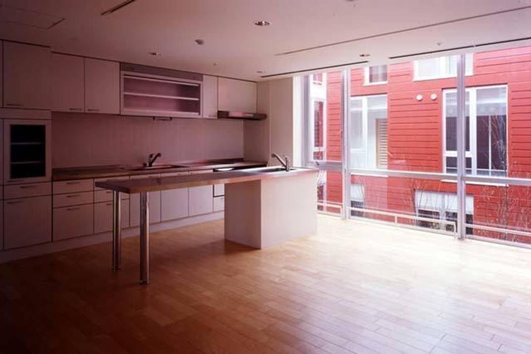 共用リビング: 株式会社ヨシダデザインワークショップが手掛けたキッチンです。