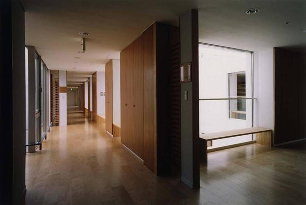 廊下: 株式会社ヨシダデザインワークショップが手掛けた廊下 & 玄関です。