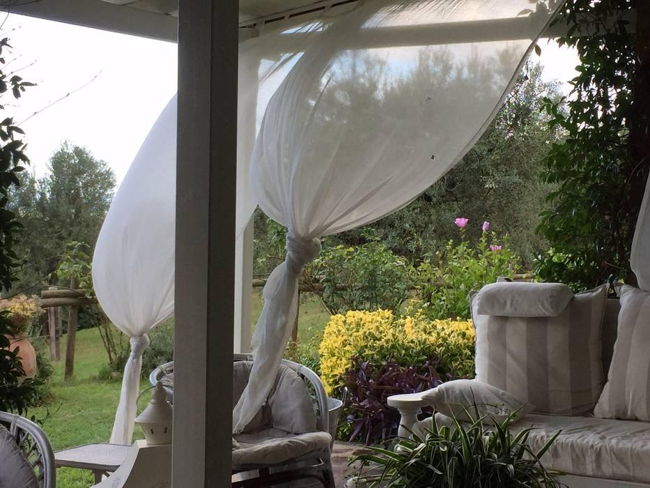 Il vento: Terrazza in stile  di VIVERE IL FUORI