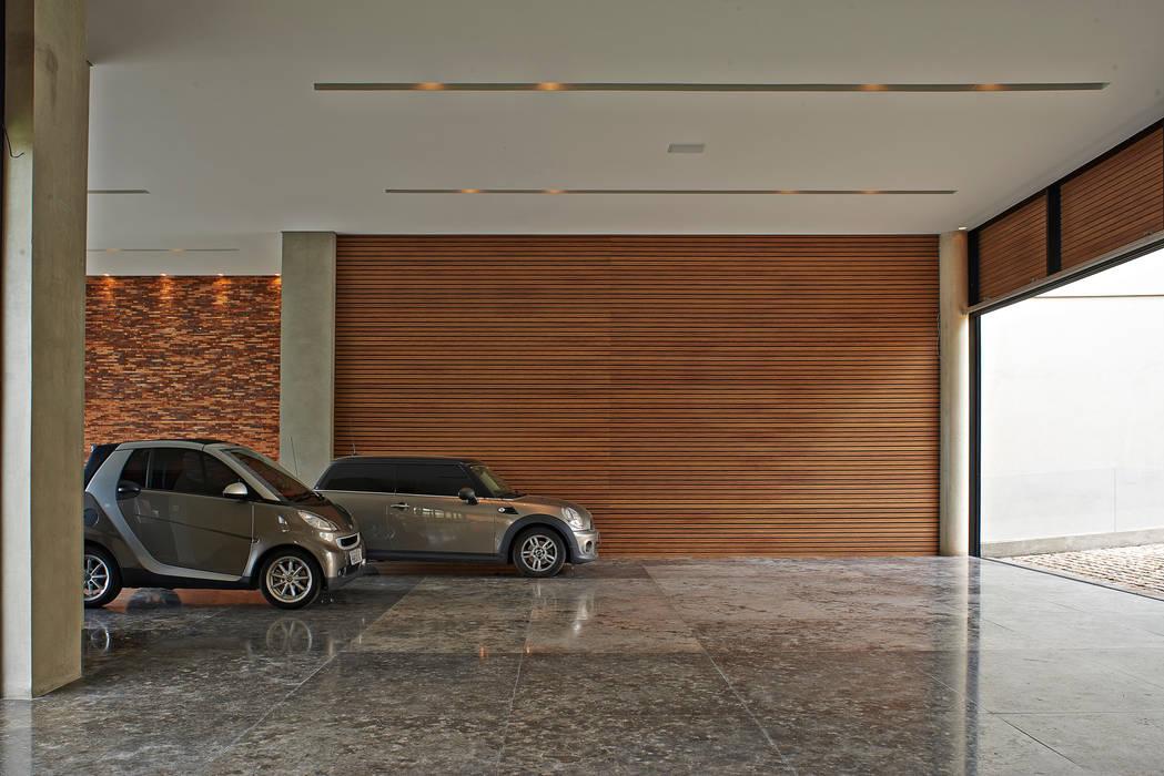Garage / Hangar modernes par Beth Nejm Moderne